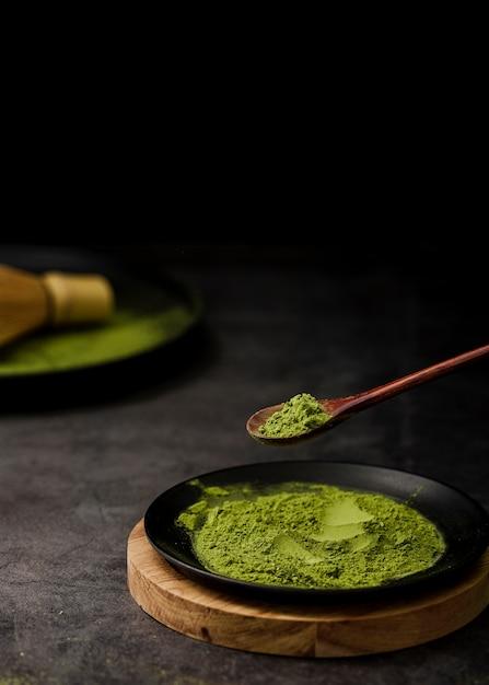 Alto angolo di tè matcha in polvere sul piatto Foto Gratuite