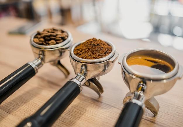 Alto angolo di tre tazze di macchine da caffè con diverse fasi di caffè Foto Gratuite