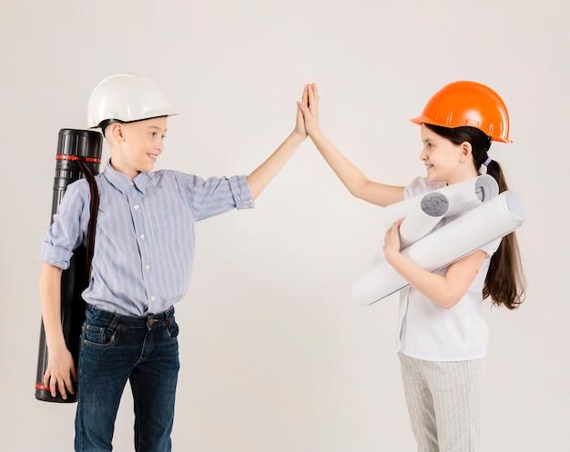 Alto fiving dei muratori svegli Foto Gratuite