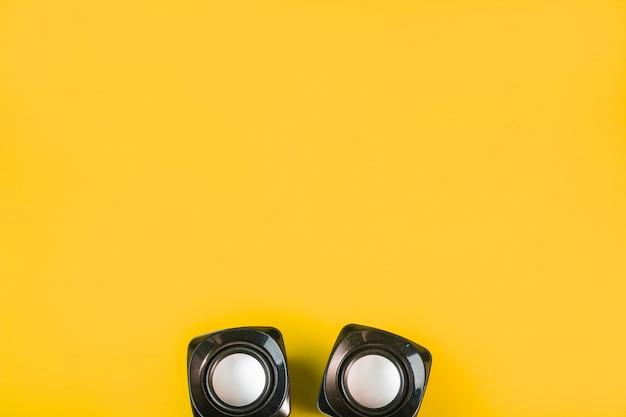 Altoparlante bluetooth senza fili su sfondo giallo Foto Gratuite