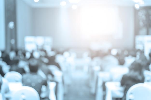 Altoparlanti sul palco con vista posteriore del pubblico nella sala delle conferenze Foto Premium
