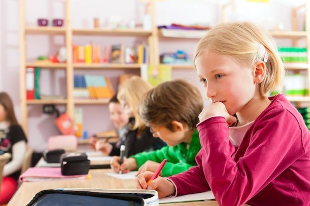 Alunni a scuola facendo i compiti Foto Premium