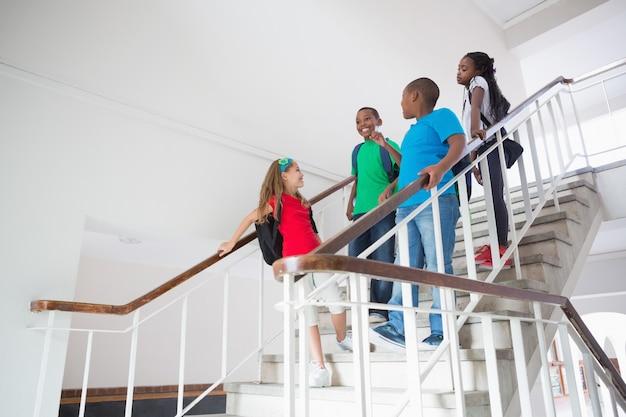 Alunni carini sorridenti e scendendo le scale Foto Premium