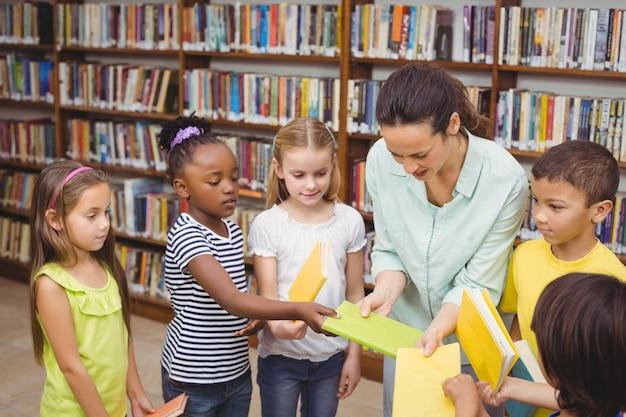 Alunni e insegnante nella biblioteca Foto Premium