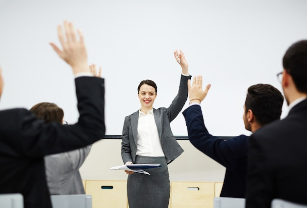 Alza la mano in caso tu sia d'accordo Foto Gratuite