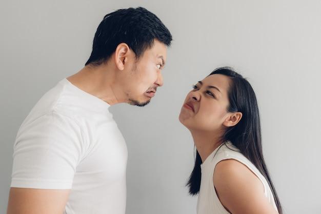 Amante di coppia arrabbiato in t-shirt bianca e sfondo grigio. Foto Premium