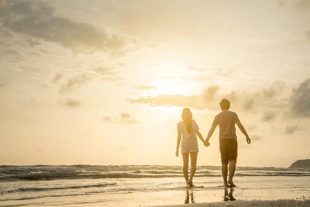 Amante di coppia sulla spiaggia Foto Premium