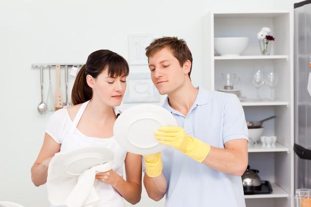 Amanti che lavano i piatti insieme Foto Premium