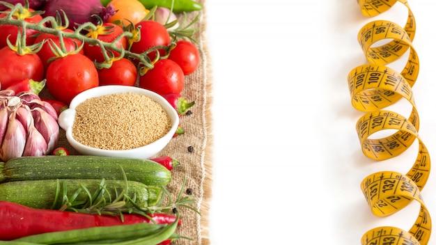 Amaranto organico crudo e verdure crude isolati sulla fine di bianco su Foto Premium