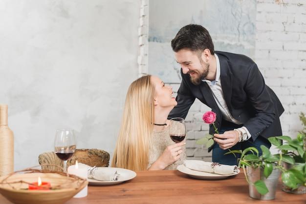 Amare l'uomo amorevole è salito alla donna Foto Gratuite