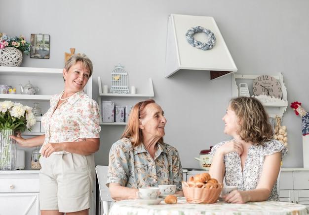 Amare le donne di più generazioni trascorrendo del tempo l'una con l'altra Foto Gratuite