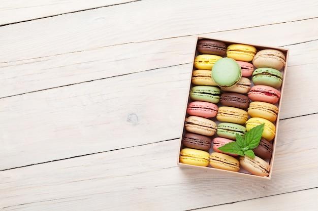Amaretti colorati in confezione regalo Foto Premium
