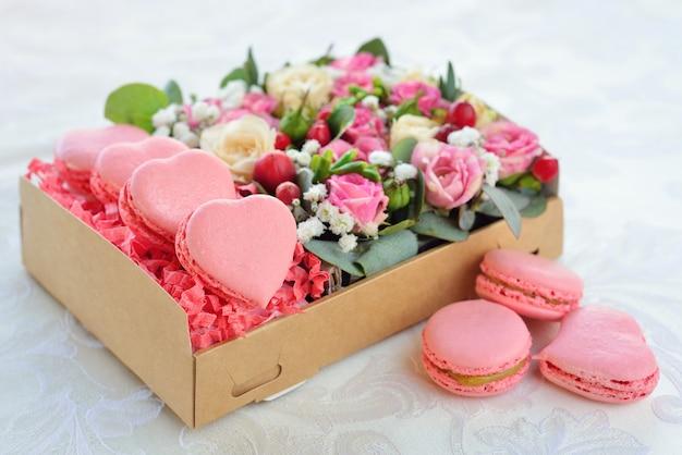 Amaretto francese a forma di cuore san valentino, la scatola con fiori, rose rosa Foto Premium