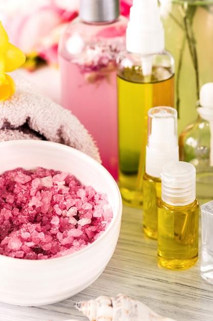 Ambiente termale con rose rosa e olio aromatico, stile vintage Foto Gratuite