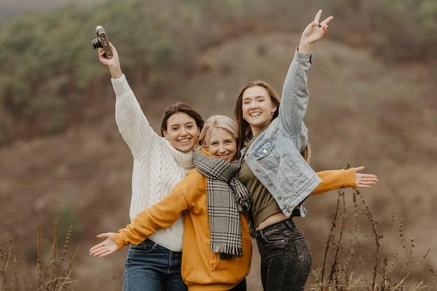 Amiche allegre in posa per la foto Foto Gratuite