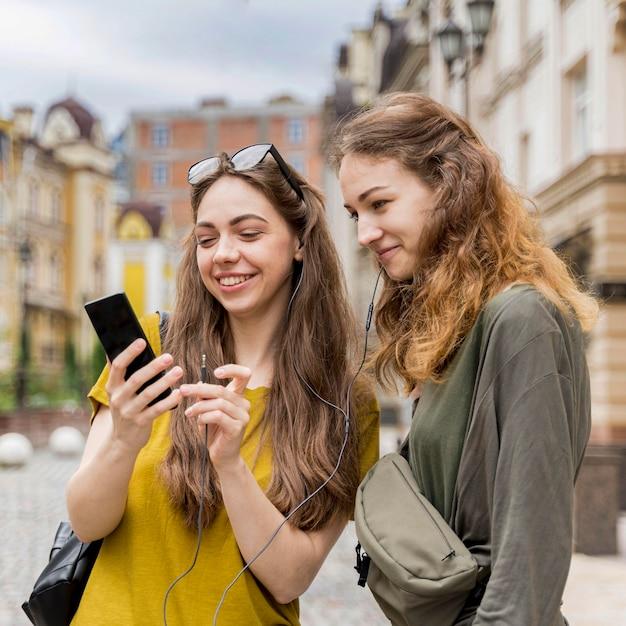 Amiche che controllano cellulare Foto Gratuite