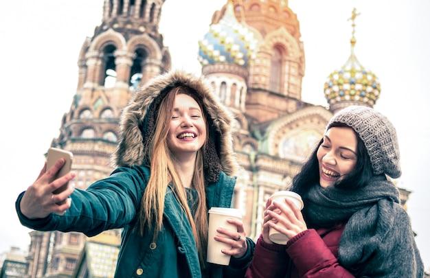 Amiche felici che prendono il selfie di inverno a san pietroburgo Foto Premium