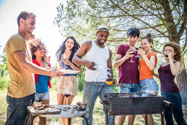 Amici a un barbecue Foto Premium