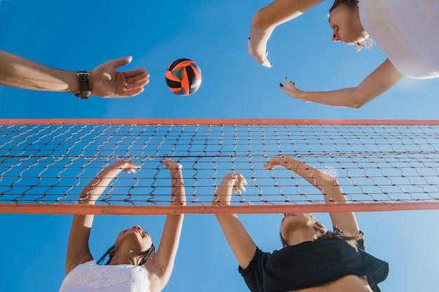 Amici alla partita di volley Foto Gratuite