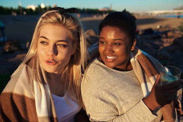 Amici alla sera in spiaggia Foto Gratuite