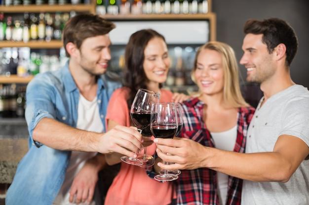 Amici brindando con il vino Foto Premium