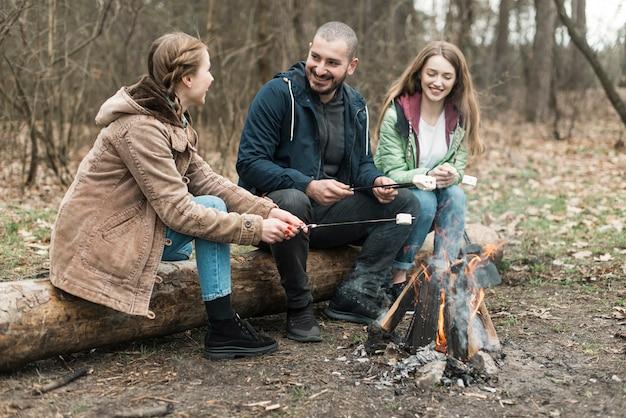 Amici che cucinano marshmallow Foto Gratuite