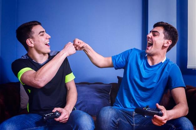 Amici che giocano sulla console Foto Gratuite