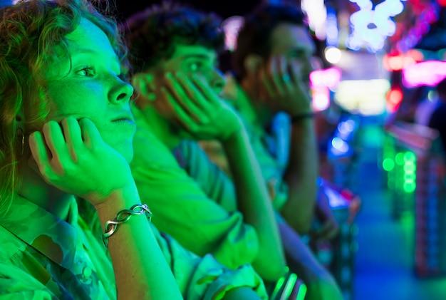 Amici che guardano una notte magica Foto Gratuite
