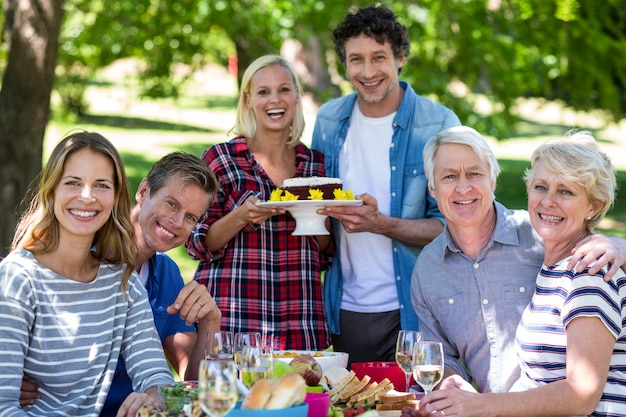 Amici che hanno un picnic con la torta Foto Premium