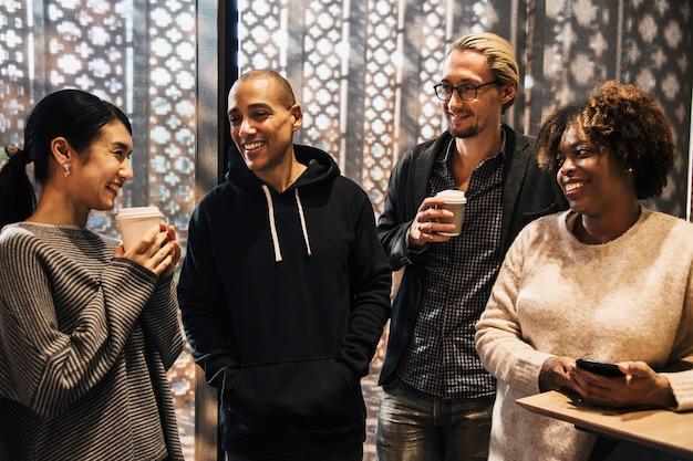 Amici che hanno una pausa caffè Foto Gratuite