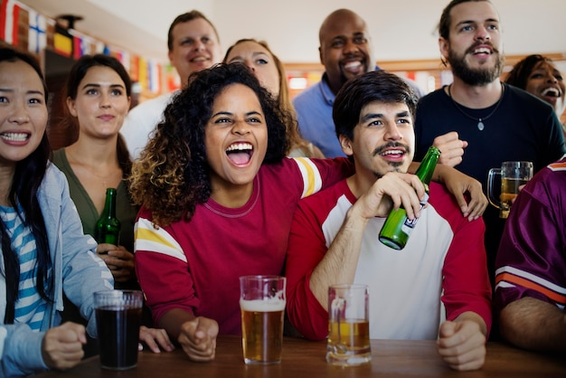 Amici che incoraggiano lo sport al bar insieme Foto Premium