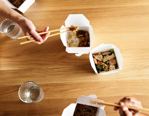 Amici che mangiano chow mein insieme Foto Gratuite