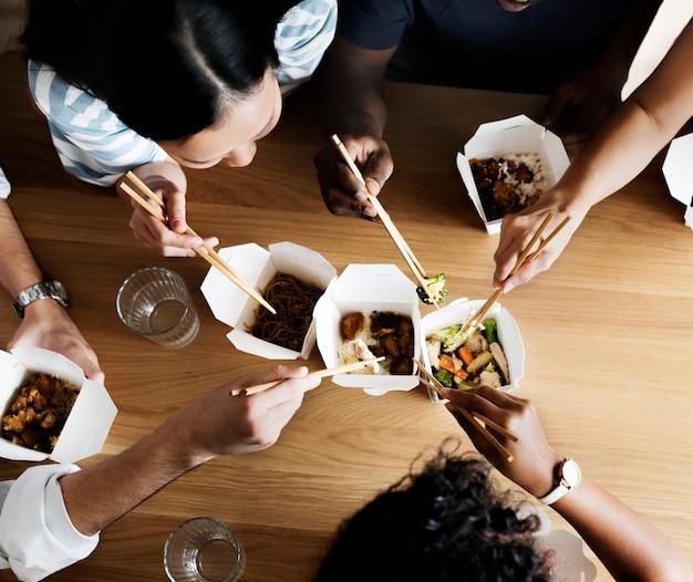Amici che mangiano chow mein insieme Foto Premium