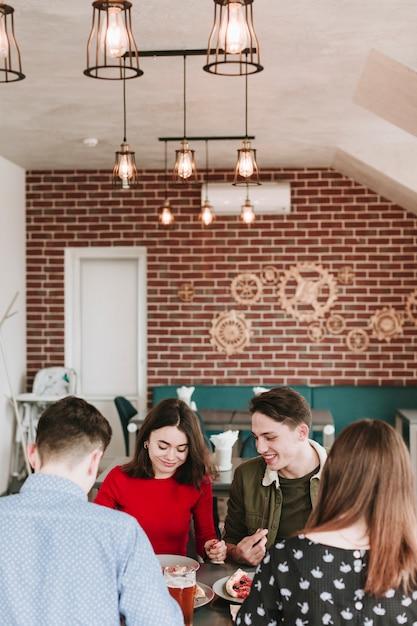 Amici che mangiano in un ristorante Foto Gratuite