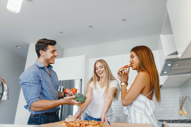 Amici che mangiano in una cucina Foto Gratuite