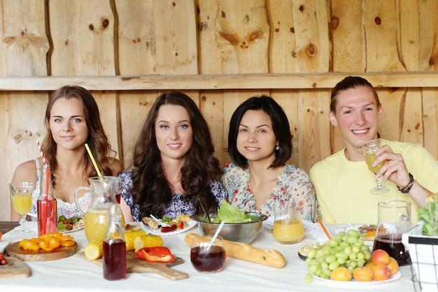 Amici che mangiano insieme in un ristorante Foto Gratuite