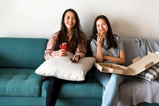Amici che mangiano pizza insieme Foto Premium