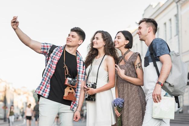 Amici che prendono selfie con attrazioni Foto Gratuite