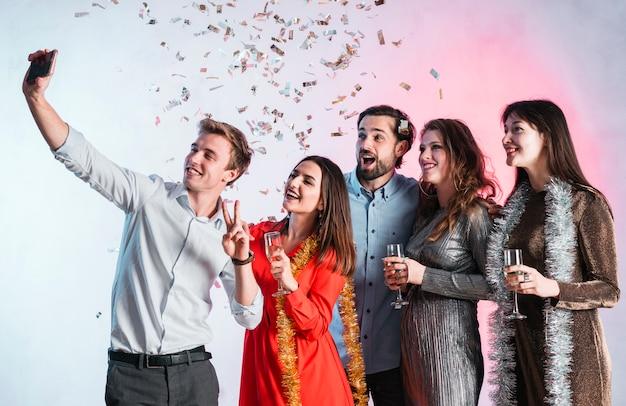 Amici che prendono un selfie alla festa di capodanno Foto Gratuite