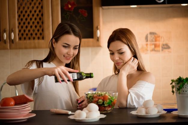 Amici che preparano colazione e che mangiano insieme in cucina. Foto Premium