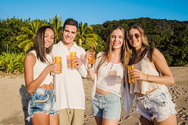 Amici che presentano alla festa della spiaggia Foto Gratuite