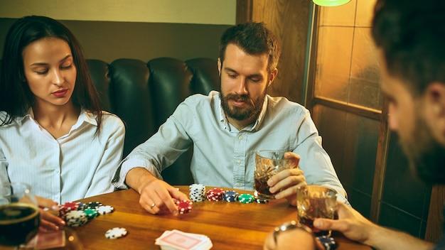 Amici che si divertono mentre giocano a gioco da tavolo. Foto Gratuite