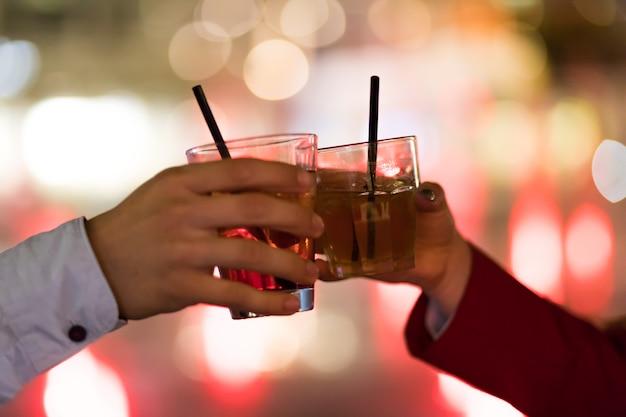 Amici che tostano i vetri in una discoteca Foto Premium