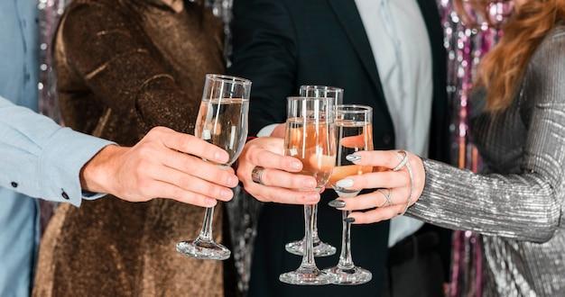 Amici che tostano la festa di capodanno Foto Gratuite
