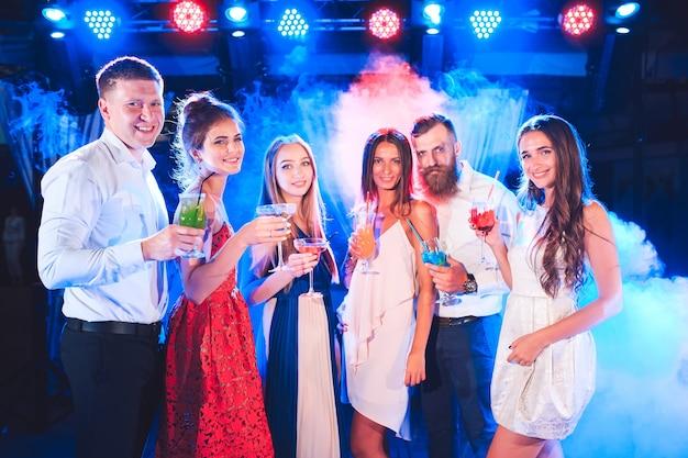 Amici con cocktail drink a una festa. Foto Premium