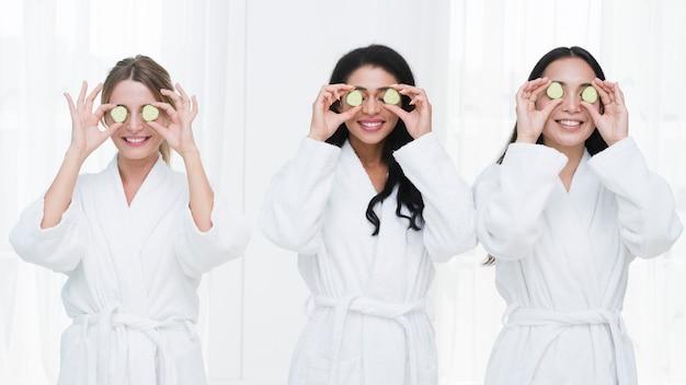 Amici con una maschera facciale in una spa Foto Gratuite