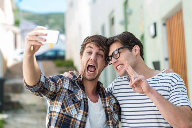 Amici dell'anca che prendono selfie per la strada Foto Premium