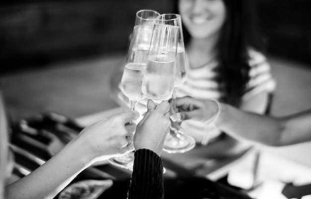 Amici della ragazza che tostano a cena insieme in un bar sul tetto Foto Gratuite