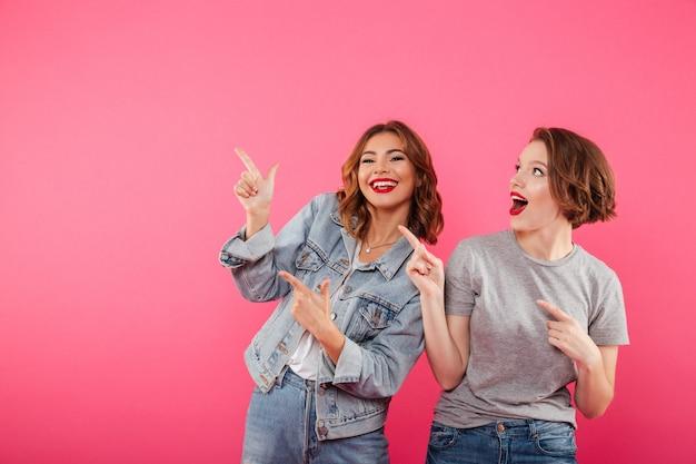 Amici delle donne che indicano il copyspace. Foto Gratuite
