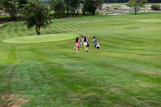 Amici di golf che lasciano il campo da golf Foto Gratuite